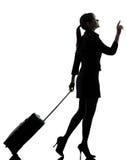 Διακινούμενο περπάτημα επιχειρησιακών γυναικών   σκιαγραφία στοκ εικόνα με δικαίωμα ελεύθερης χρήσης