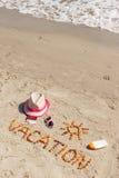Διακοπές λέξης, εξαρτήματα για την ηλιοθεραπεία και διαβατήριο με το δολάριο νομισμάτων στην παραλία, θερινός χρόνος Στοκ φωτογραφίες με δικαίωμα ελεύθερης χρήσης