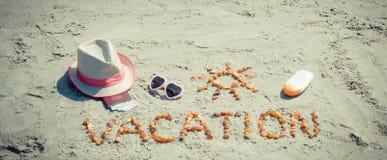 Διακοπές λέξης, εξαρτήματα για την ηλιοθεραπεία και διαβατήριο με το δολάριο νομισμάτων στην παραλία, ταξίδι στη θερινή έννοια Στοκ φωτογραφίες με δικαίωμα ελεύθερης χρήσης