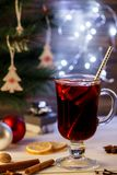 διακοπές δώρων Παραμονής Χριστουγέννων πολλές διακοσμήσεις Καυτό θερμαμένο ποτό κρασί, υπόβαθρο Χριστουγέννων Alco Στοκ Φωτογραφίες