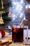διακοπές δώρων Παραμονής Χριστουγέννων πολλές διακοσμήσεις Καυτό θερμαμένο ποτό κρασί, υπόβαθρο Χριστουγέννων Alco Στοκ φωτογραφίες με δικαίωμα ελεύθερης χρήσης