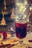 διακοπές δώρων Παραμονής Χριστουγέννων πολλές διακοσμήσεις Καυτό θερμαμένο ποτό κρασί, υπόβαθρο Χριστουγέννων effe Στοκ φωτογραφίες με δικαίωμα ελεύθερης χρήσης
