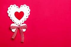 Διακοπές ημέρας βαλεντίνου, ημέρα της μητέρας, στις 8 Μαρτίου, γαμήλια πρόσκληση Σύμβολο της άσπρης ξύλινης καρδιάς αγάπης σε ένα στοκ εικόνες