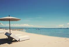 Διακοπές διακοπών στην παραλία, καρέκλες γεφυρών παραλιών με parasol στην ήρεμη παραλία Στοκ φωτογραφίες με δικαίωμα ελεύθερης χρήσης