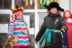 Διακοπές καρναβάλι Χειμερινό χιόνι Παιδιά με τα donuts Βλέπουμε το χειμώνα Απόδοση παιδιών σε μια συναυλία στοκ φωτογραφία