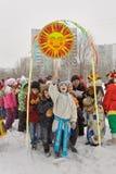 Διακοπές καρναβάλι Χειμερινό χιόνι Παιδιά με τα donuts Βλέπουμε το χειμώνα στοκ φωτογραφίες