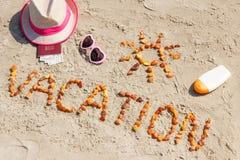 Διακοπές λέξης, εξαρτήματα για την ηλιοθεραπεία και διαβατήριο με το δολάριο νομισμάτων στην παραλία Στοκ φωτογραφία με δικαίωμα ελεύθερης χρήσης