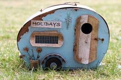 Διακοπές με το τροχόσπιτο Συμβολικός ενός παλαιού σπασμένου ρυμουλκού στοκ φωτογραφία με δικαίωμα ελεύθερης χρήσης
