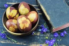 Διακοπές Πάσχας, θέση αυγών για τα συγχαρητήρια στοκ φωτογραφία με δικαίωμα ελεύθερης χρήσης