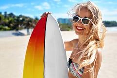 Διακοπές παραλιών θερινού ταξιδιού Ευτυχής γυναίκα με την ιστιοσανίδα Καλοκαίρι στοκ φωτογραφίες