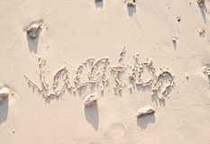 Διακοπές που γράφονται στην άμμο στοκ εικόνα