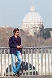 Διακοπές στη Ρώμη, Ιταλία Όμορφος νέος καθιερώνων τη μόδα στη γέφυρα Στοκ Εικόνες