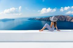 Διακοπές ταξιδιού της Ευρώπης Ελλάδα Santorini - γυναίκα Στοκ Φωτογραφίες