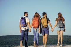 Διακοπές τουριστών Ταξίδι ομάδας πεζοπορίας στις θερινές διακοπές, πίσω άποψη Στοκ Φωτογραφίες