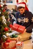 Διακοπές, χειμώνας και έννοια ανθρώπων - νεαρός άνδρας στο καπέλο Santa κοντά στοκ φωτογραφία με δικαίωμα ελεύθερης χρήσης