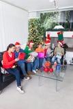 Διακοπές Χριστουγέννων κιβωτίων οικογενειακών ανοικτές δώρων στοκ εικόνες