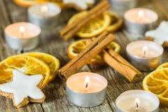 Διακοπές Χριστουγέννων με το κάψιμο των κεριών και των παραδοσιακών διακοσμήσεων στοκ εικόνες