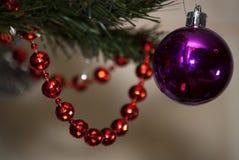 Διακοπές Χριστουγέννων, ρόδινη σφαίρα στο δέντρο xmass Στοκ εικόνα με δικαίωμα ελεύθερης χρήσης