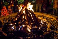 Διακοπές Firepit όπου οι οικογένειες πηγαίνουν να θερμάνουν στοκ φωτογραφίες