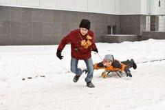 Διακοπές Maslenitsa Χειμερινό χιόνι Παιδιά με τα donuts στοκ φωτογραφία