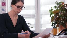 Διακοπή - ένας θηλυκός ανώτερος υπάλληλος τσαλακώνει τα ματαιωμένα επιχειρησιακά έγγραφα απόθεμα βίντεο