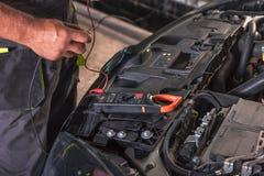 Διακοπή αυτοκινήτων διαγνώσεων εργαζομένων υπηρεσιών αυτοκινήτων στοκ φωτογραφίες