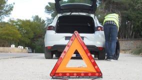Διακοπή αυτοκινήτων Το άτομο αλλάζει τη ρόδα απόθεμα βίντεο