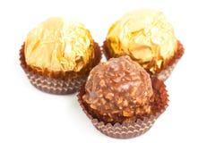 Διακοπή καραμελών σοκολάτας στο άσπρο υπόβαθρο Στοκ εικόνες με δικαίωμα ελεύθερης χρήσης