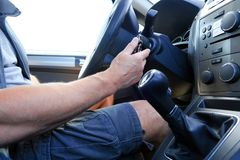 Διακοπή του αυτοκινήτου Κλειδιού στην ανάφλεξη Το αυτοκίνητο δεν θα αρχίσει Αναμονή το φορτηγό ρυμούλκησης στοκ φωτογραφίες