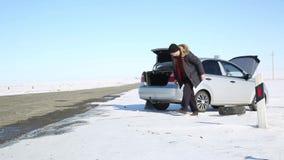 Διακοπή του αυτοκινήτου στο δρόμο απόθεμα βίντεο