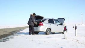 Διακοπή του αυτοκινήτου στο δρόμο φιλμ μικρού μήκους