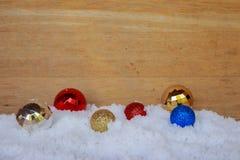 Διακοσμήσεις για τη Παραμονή Χριστουγέννων στο χιόνι Στοκ φωτογραφίες με δικαίωμα ελεύθερης χρήσης
