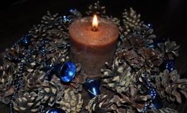 Διακοσμήσεις για το σπίτι και το γραφείο, σφαίρες, χάντρες, κουδούνια, κερί, κώνοι, στεφάνι Στοκ Εικόνες