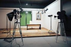 Διακοσμήσεις γραφείων κινηματογραφικών στούντιο με τις εκλεκτής ποιότητας κάμερες κινηματογράφων Στοκ εικόνες με δικαίωμα ελεύθερης χρήσης