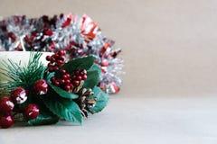 Διακοσμήσεις διακοπών Χριστουγέννων στο αγροτικό υπόβαθρο Στοκ Εικόνες