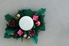 Διακοσμήσεις διακοπών Χριστουγέννων στο αγροτικό υπόβαθρο Στοκ εικόνα με δικαίωμα ελεύθερης χρήσης
