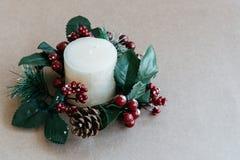 Διακοσμήσεις διακοπών Χριστουγέννων στο αγροτικό υπόβαθρο Στοκ Εικόνα