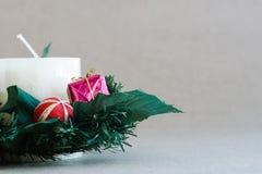 Διακοσμήσεις διακοπών Χριστουγέννων στο αγροτικό υπόβαθρο Στοκ φωτογραφία με δικαίωμα ελεύθερης χρήσης
