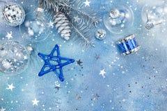 Διακοσμήσεις διακοπών Χριστουγέννων στο μπλε ακτινοβολώντας υπόβαθρο Στοκ φωτογραφία με δικαίωμα ελεύθερης χρήσης