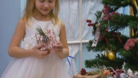 διακοσμήσεις εορταστ&iot Η εργασία ενός σχεδιαστής-διακοσμητή Την παραμονή των Χριστουγέννων απόθεμα βίντεο