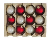 Διακοσμήσεις διακοσμήσεων Χριστουγέννων στο κιβώτιο που απομονώνεται στοκ φωτογραφία με δικαίωμα ελεύθερης χρήσης