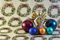 Διακοσμήσεις και άγγελος Χριστουγέννων σε τυλίγοντας χαρτί Στοκ φωτογραφίες με δικαίωμα ελεύθερης χρήσης