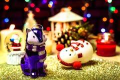 Διακοσμήσεις και κεριά κουκλών Χριστουγέννων στο bokeh στοκ φωτογραφία