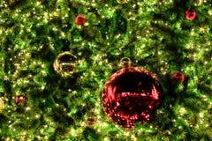 Διακοσμήσεις και φωτισμός Χριστουγέννων στα Χριστούγεννα κλάδων tre στοκ εικόνα