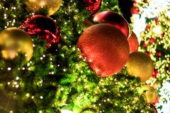 Διακοσμήσεις και φωτισμός Χριστουγέννων στα Χριστούγεννα κλάδων tre στοκ φωτογραφία με δικαίωμα ελεύθερης χρήσης