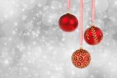 Διακοσμήσεις και χιόνι Χριστουγέννων στο αφηρημένο υπόβαθρο Στοκ Εικόνα