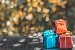 Διακοσμήσεις κιβωτίων δώρων Χριστουγέννων στον ξύλινους πίνακα και bokeh το υπόβαθρο Στοκ εικόνες με δικαίωμα ελεύθερης χρήσης