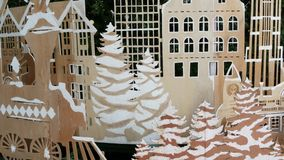 Διακοσμήσεις κοντραπλακέ για το χριστουγεννιάτικο δέντρο Οι διάφορες διακοσμήσεις κοντραπλακέ τοποθέτησαν κοντά στο πράσινο δέντρ φιλμ μικρού μήκους