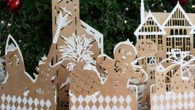 Διακοσμήσεις κοντραπλακέ για το χριστουγεννιάτικο δέντρο Οι διάφορες διακοσμήσεις κοντραπλακέ τοποθέτησαν κοντά στο πράσινο δέντρ απόθεμα βίντεο