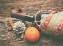 Διακοσμήσεις κόκκινου κρασιού, μπουκαλιών και Χριστουγέννων Στοκ εικόνα με δικαίωμα ελεύθερης χρήσης